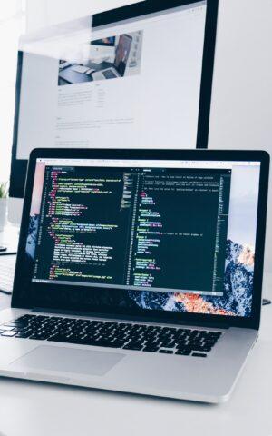 Ein Laptop mit Code